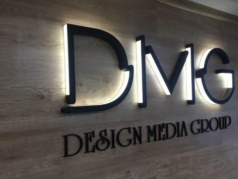 Логотип DMG в офисе