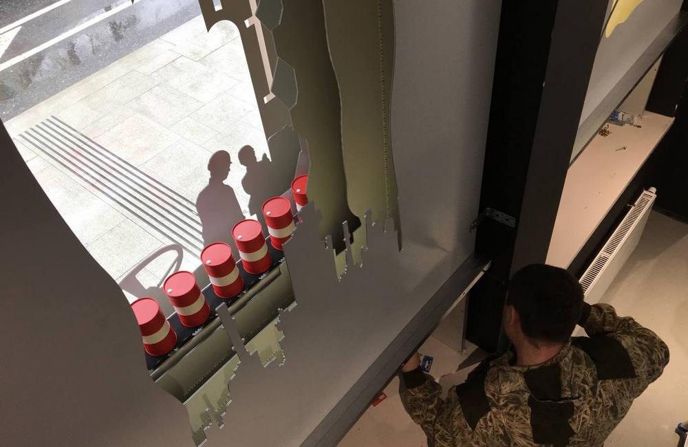 Оформляем витрины в Музее